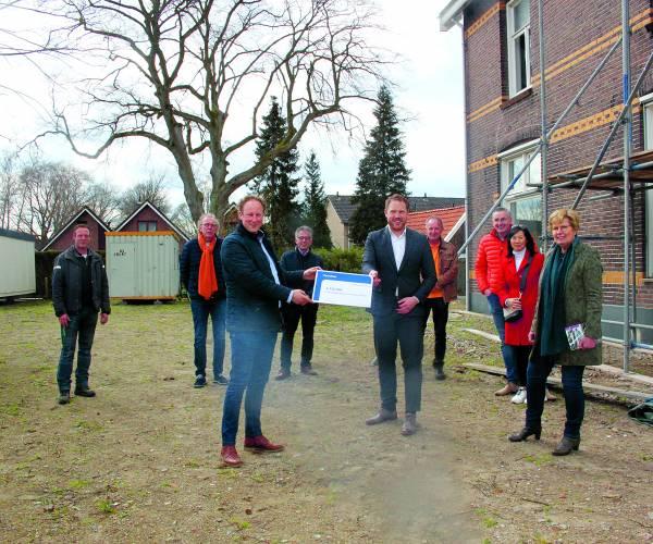 Gedeputeerde provincie Overijssel en wethouder gemeente Losser geven officieel startsein Gezondheids Centrum Overdinkel.