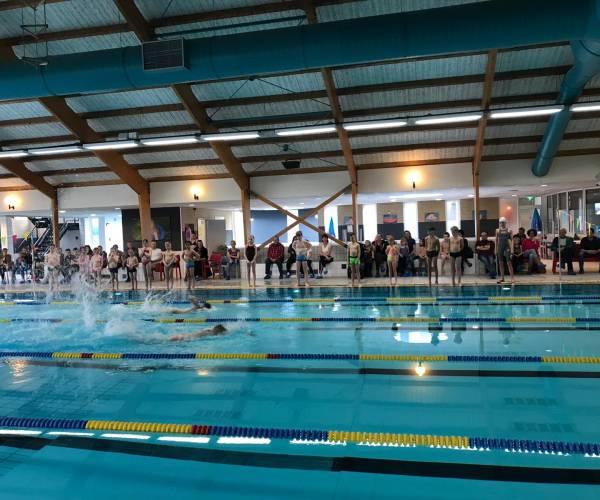 Eerste gemeentelijke schoolzwemkampioenschappen groot succes