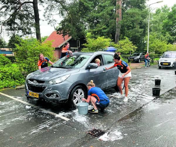Auto's boenen vult de clubkas