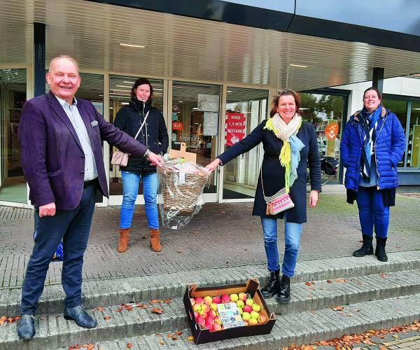 Lekker en gezond eten voor ons allemaal! Appels van LTO Noord-Oost Twente voor wethouder Nijhuis