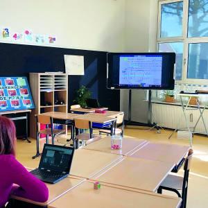 Burgemeester Cia Kroon bij online les Mariaschool Beuningen
